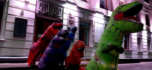 На вулиці Хрещатик у Черкасах гуляли динозаври (ФОТО)