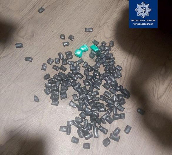 Кричав та бігав без одягу: черкаські патрульні затримали чоловіка з наркотиками (ФОТО)