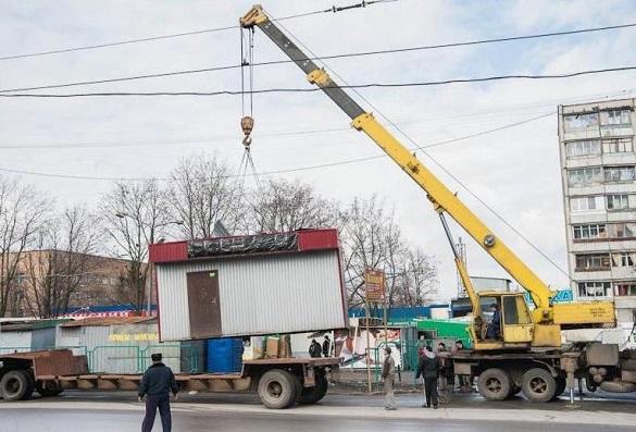 Тимчасову споруду демонтують в Черкасах