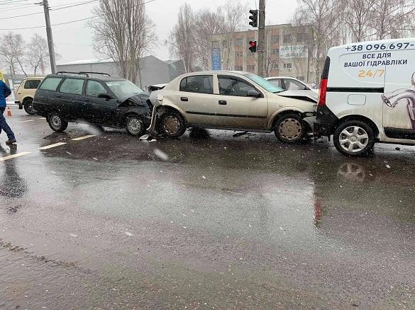 Біля автовокзалу в Черкасах сталася потрійна аварія: є постраждалі (ФОТО, ВІДЕО)