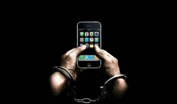 Заміняла справжній на макет: у Черкасах жінка на пошті викрадала Iphone