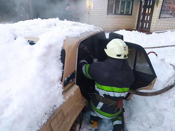 У Черкаській області загорівся засипаний снігом автомобіль (ФОТО)