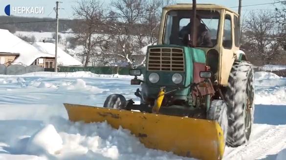 Обладнали трактор снігоочисним відвалом: на Черкащині фермер розчищає село від заметів (ВІДЕО)