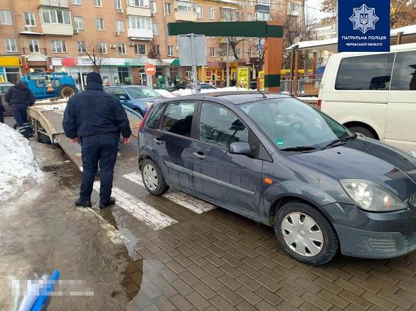 У Черкасах водій припаркувався на пішохідному переході, автомобіль евакуювали (ФОТО)