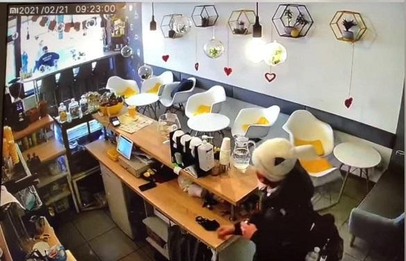 У Черкасах шукають дівчину, яка з кафе викрала дорогий телефон