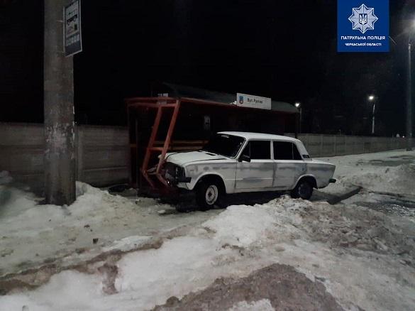 У Черкасах автомобіль в'їхав у зупинку громадського транспорту (ФОТО)