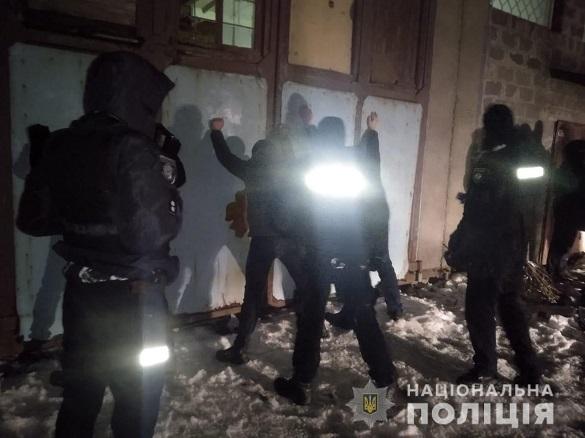 З пістолетами та ножами: понад 10 чоловіків намагалися обікрасти підприємство на Черкащині