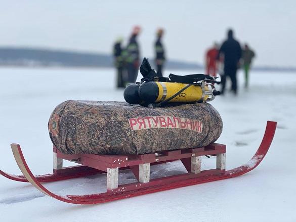Провалився під лід: на Черкащині рятували рибалку