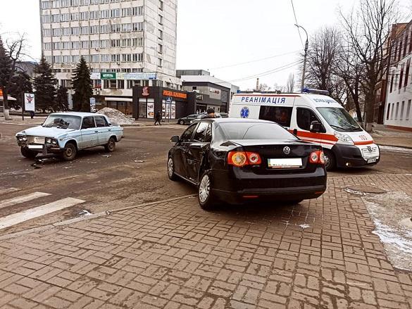На перехресті в Черкасах зіштовхнулись два автомобілі: є постраждалий (ФОТО)