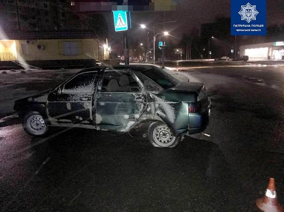 Дві пошкоджені електроопори та покинутий автомобіль: у Черкасах водій втік із місця ДТП (ФОТО)