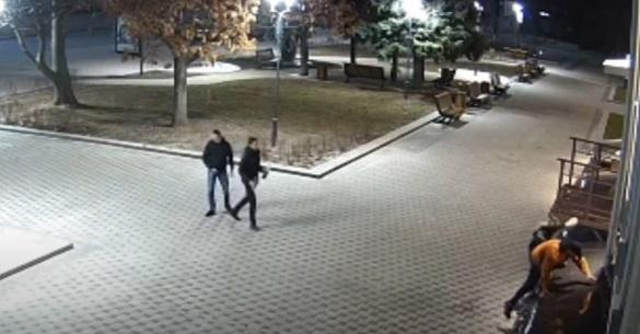 На оновленій площі біля черкаського драмтеатру молодики вночі сходили в туалет (ВІДЕО)