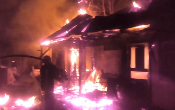 На Черкащині невідомий підпалив господарчу споруду, поки власників не було вдома (ВІДЕО)