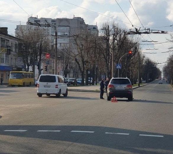 У Черкасах на перехресті зіштовхнулись два автомобілі (ФОТО)