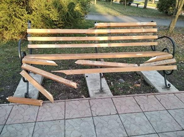 За інформацію про вандалів, які розламали лавки у Ватутіному, обіцяють грошову винагороду