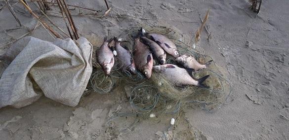 У Черкаській області затримали двох чоловіків, які ловили рибу сіткою