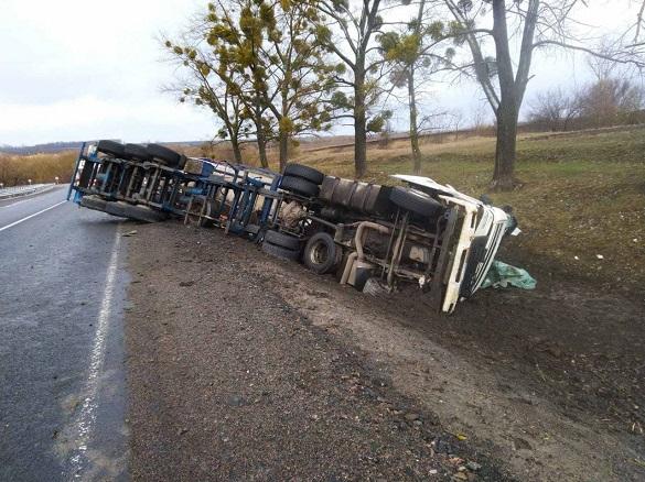 У Черкаській області перекинулась вантажівка: постраждав водій (ФОТО)