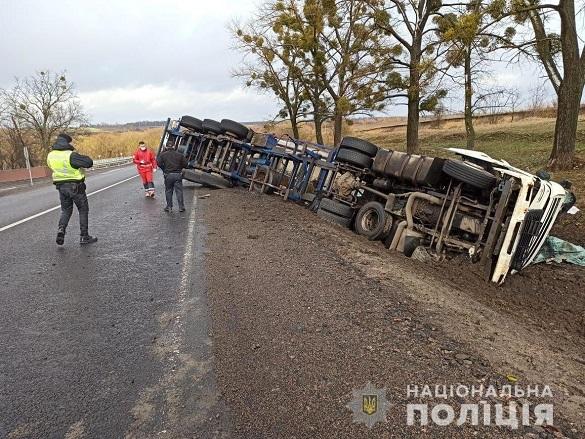 Не справився з керуванням та з'їхав у кювет: у поліції Черкащини розповіли подробиці аварії за участі вантажівки (ФОТО)