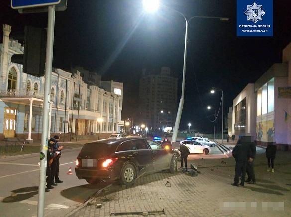 Син колишнього депутата зніс стовп у центрі Черкас, коли п'яний тікав від поліції