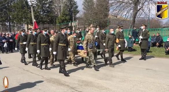 На Монастирищині провели в останню путь 23-річного військового, який загинув у зоні ООС