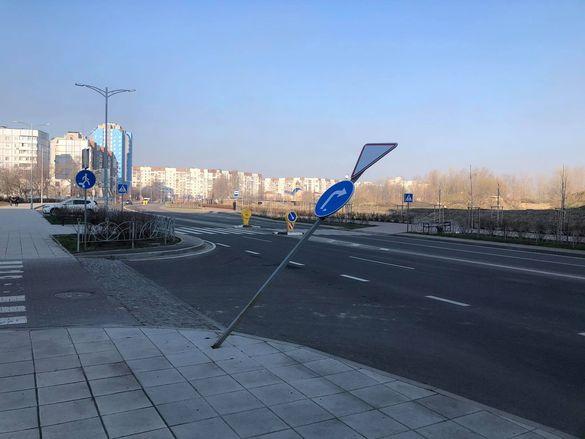 У Черкасах на оновленій вулиці вандали пошкодили дорожній знак (ФОТО)