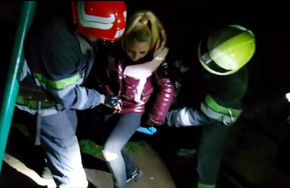 Покаталася: у Смілі дівчина застрягла в дитячій гойдалці (ВІДЕО)