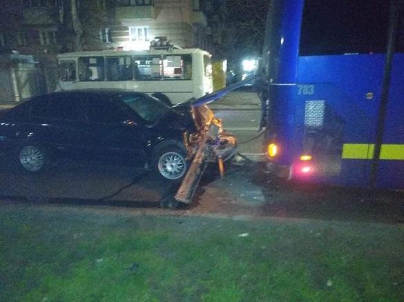П'яний водій легковика в'їхав у припаркований автобус: є постраждалий (ФОТО)
