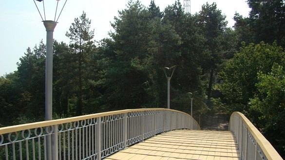 У Черкасах із мосту кохання впала дівчина: поліція встановлює причини