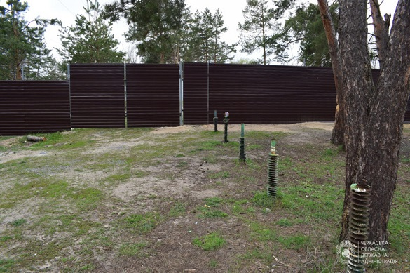 На Черкащині прибрали скандальний паркан, який обмежував доступ до пляжу