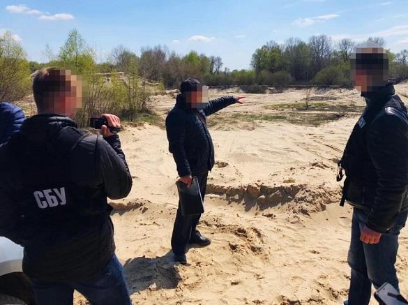 На Черкащині посадовці комунального підприємства розкрадали корисні копалини (ФОТО)