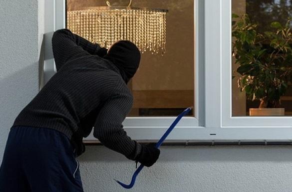 Обкрадав будинки, щоб підзаробити: на Черкащині спіймали серійного крадія