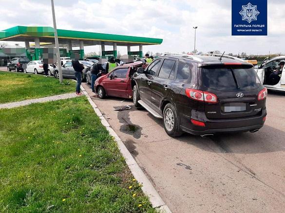 Масштабна ДТП у Черкаській області: на заправці зіштовхнулись шість автомобілів (ФОТО)