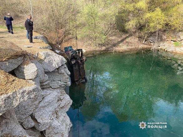 У Черкаській області чоловік втопив свій автомобіль, бо посварився з дружиною (ФОТО)