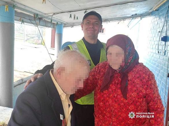 Поліцейські на Черкащині повернули додому 95-річного дідуся, який заблукав