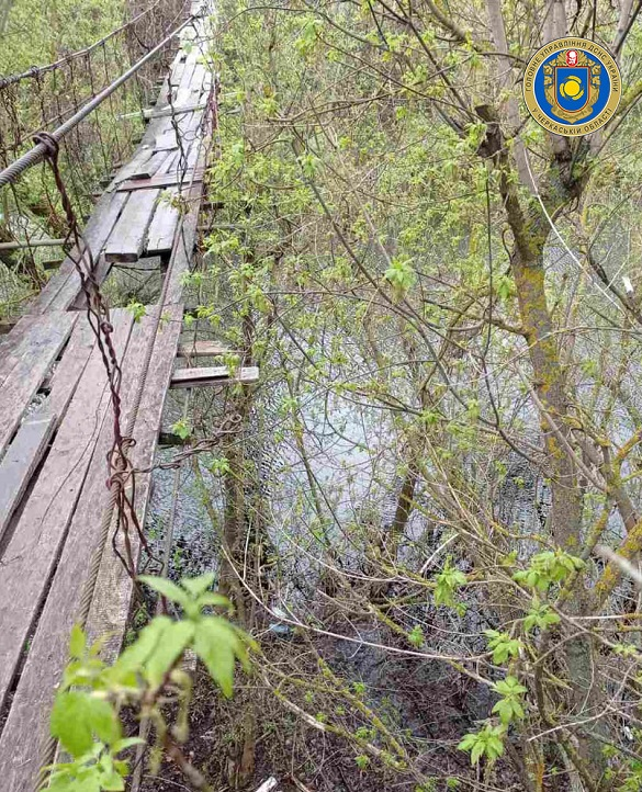 Переходила місток через річку й впала: на Черкащині травмувалася жінка