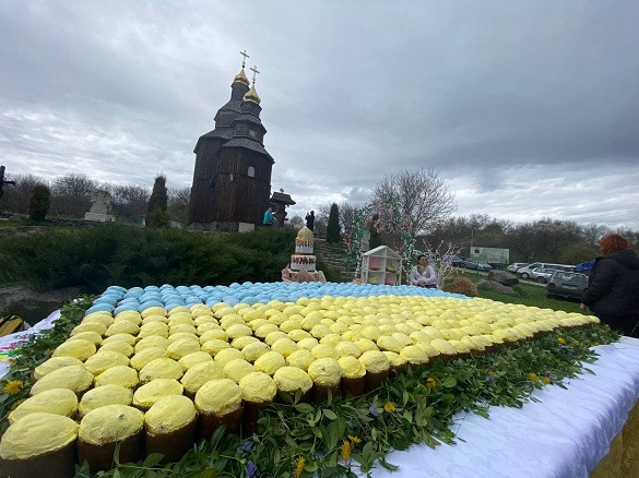 Найбільший прапор України з пасок: черкаське профучилище встановило новий рекорд (ФОТО)