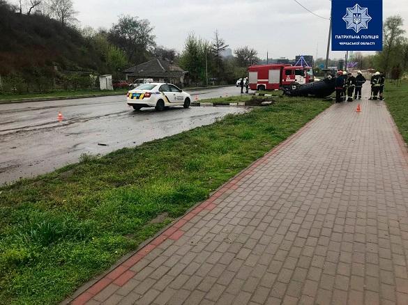 У Черкасах сталася аварія: автомобіль перекинувся (ФОТО)