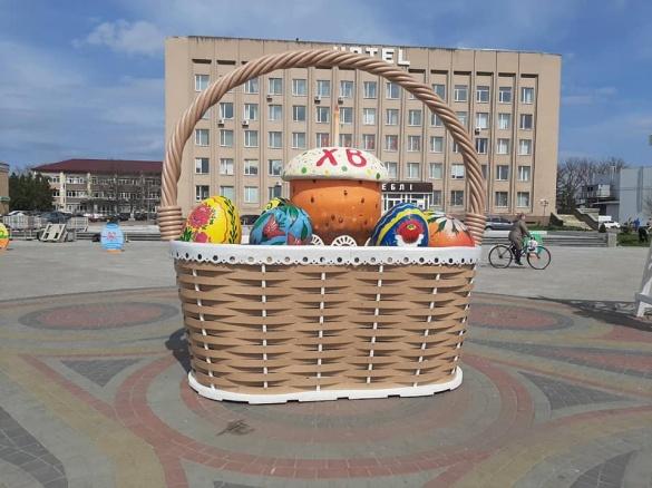 У центрі Золотоноші встановили гігантський кошик з продуктами (ФОТО)