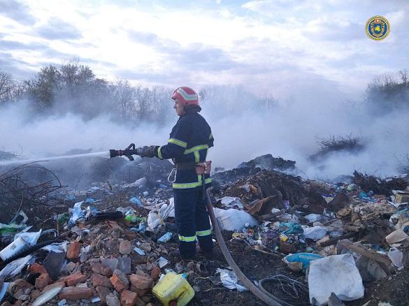 Площа загорання - 200 квадратних метрів: на Черкащині сталася пожежа сміттєзвалища