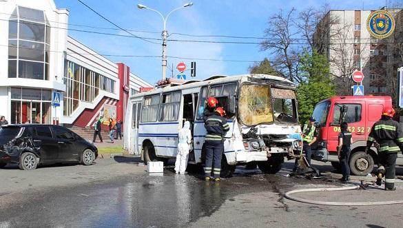 У Черкасах сталася потрійна аварія: водія автобуса затисло кермом (ФОТО)
