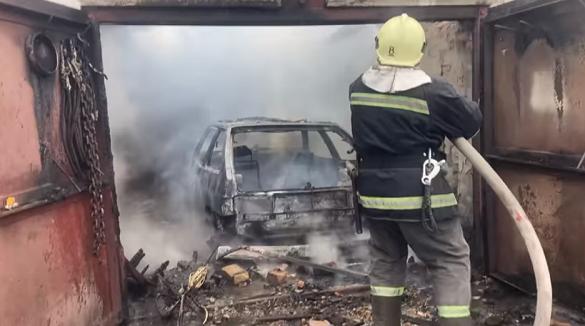 У Черкаській області сталася пожежа гаража: згорів автомобіль (ВІДЕО)