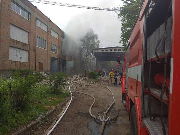 Рятувальники повідомили подробиці пожежі на шовковому комбінаті в Черкасах (ФОТО, ВІДЕО)