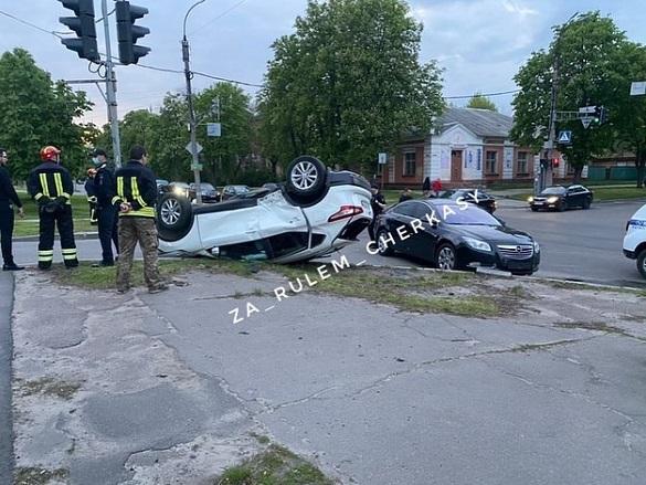 Унаслідок ДТП у Черкасах авто перекинулося на дах: постраждала 5-річна дівчинка (ФОТО)