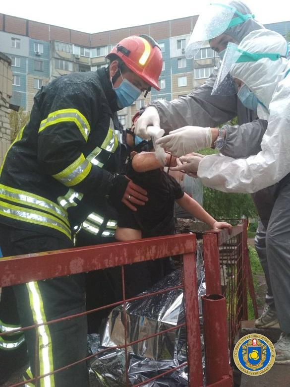 У Черкасах руку 9-річного хлопчика затисло в металевому паркані (ФОТО)