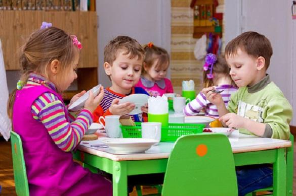 Менше картоплі та більше фруктів з овочами: в Черкасах презентують нове меню для дошкільнят