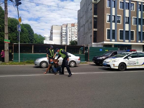 У Черкасах чоловік сидів посеред дороги, поки його об'їжджали автомобілі(ФОТО)