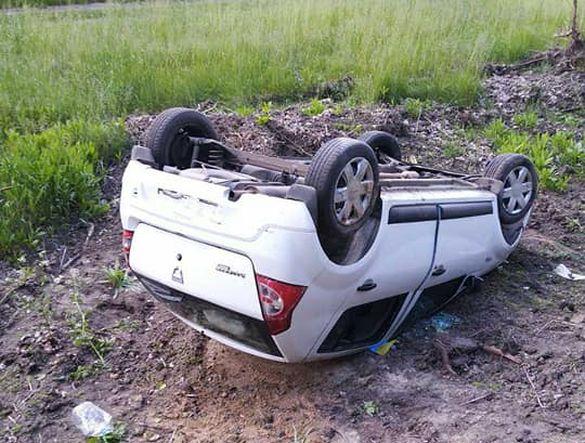 У салоні перебувало двоє дітей: на Черкащині автомобіль злетів у кювет та перекинувся (ФОТО)