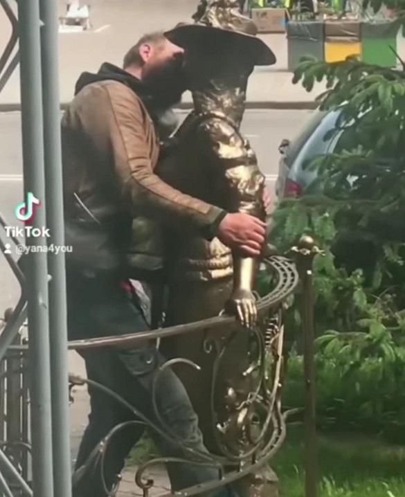 Герой-коханець: у Черкасах чоловік зацілував пам'ятник Проні Прокопівни (ВІДЕО)
