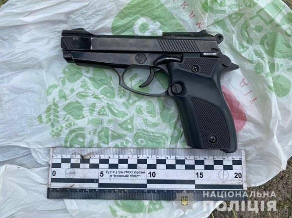 Знайшов біля озера: на Черкащині чоловік зберігав удома пістолет