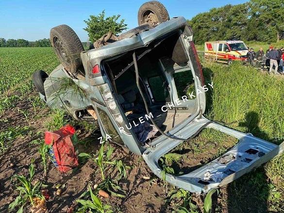 На Черкащині автомобіль злетів у кювет та перекинувся: постраждала жінка