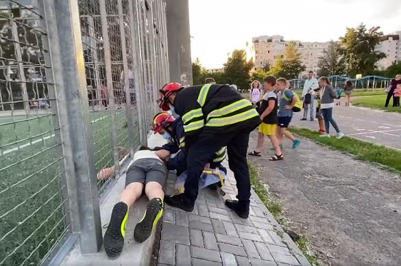 Хотів пролізти на футбольне поле: у Черкасах хлопчик застряг у паркані (ВІДЕО)